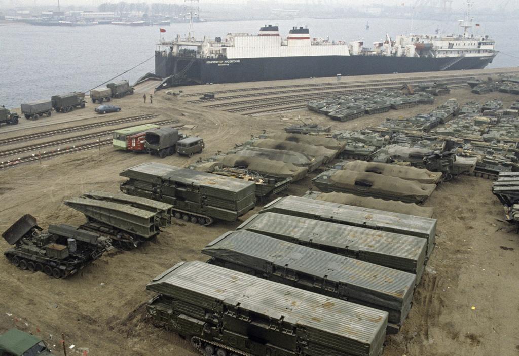 Погрузка советской военной техники в Ростокском порту