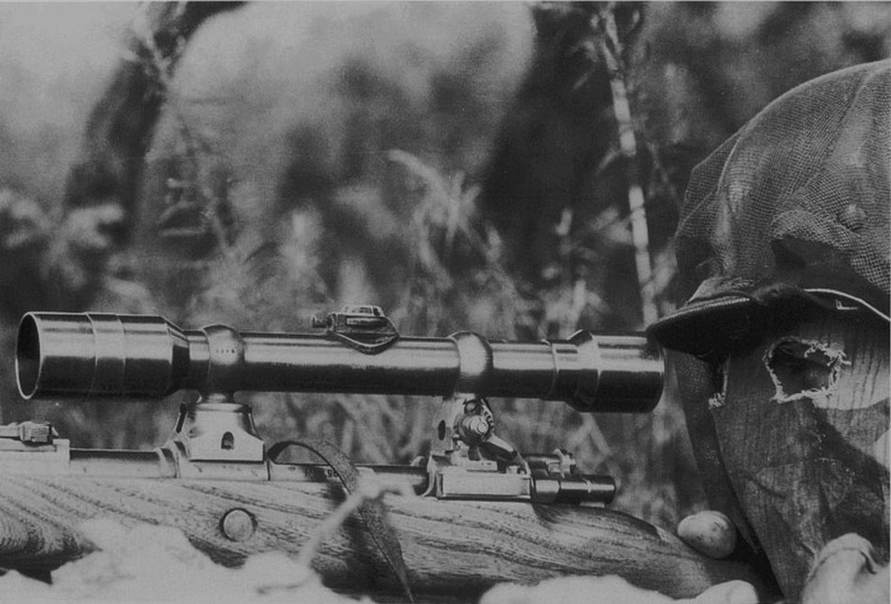снайпер немецкий в камуфляжной маске , вооружен карабином Mauser 98 К с оптическим прицелом.