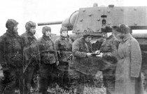 0. Экипаж экранированного танка КВ-1 получает боевую задачу. Ленинградский фронт, август-сентябрь 1941года