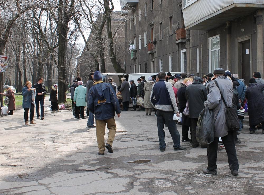 01=Жители Запорожья стоят в очереди за бесплатной горячей едой на проспекте Металлургов