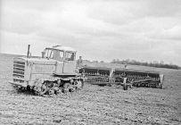 трактор поле пашет