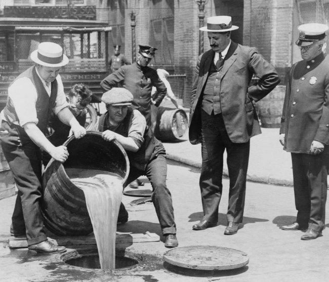 США 1920 год. Агенты выливают спирт в канализацию в Нью-Йорке.