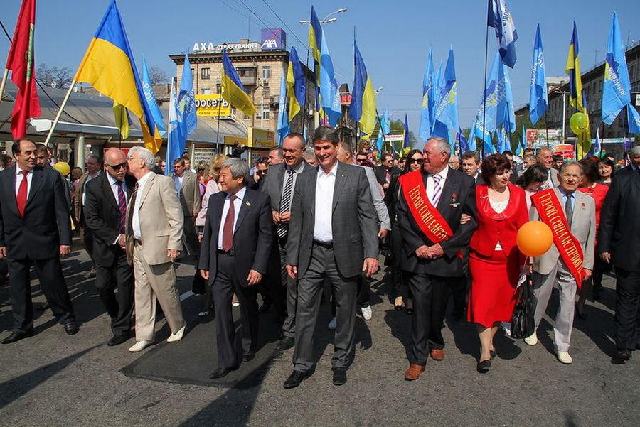 Капиталист Петров во главе первомайской демонстрации трудищихся Запорожья 2012=
